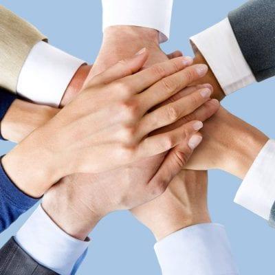 elkaar-helpen-handen-ineen-hulpouders-400x400
